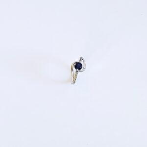 טבעת  משובצת יהלומים עם אבן ספיר מרכזית